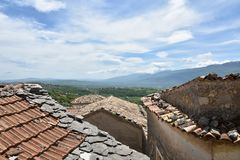 Παλαιά σπίτια στο εγκαταλειμμένο χωριό Macchiagodena στοκ φωτογραφίες με δικαίωμα ελεύθερης χρήσης