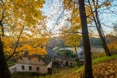 Παλαιά σπίτια το φθινόπωρο φύσης στοκ φωτογραφία με δικαίωμα ελεύθερης χρήσης