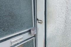 Παλαιά σπασμένη μπροστινή πόρτα με το πλακάκι γυαλιού και το κουδούνι, Γερμανία στοκ εικόνες με δικαίωμα ελεύθερης χρήσης
