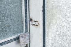 Παλαιά σπασμένη μπροστινή πόρτα με το πλακάκι γυαλιού και το κουδούνι, Γερμανία στοκ εικόνες