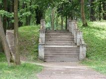 Παλαιά σταθερά βήματα στο πάρκο στοκ φωτογραφίες με δικαίωμα ελεύθερης χρήσης