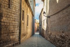 Παλαιά στενή άποψη οδών μεσαιωνικό Girona Καταλωνία, Ισπανία στοκ εικόνες με δικαίωμα ελεύθερης χρήσης