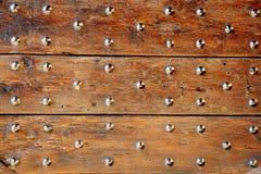 Παλαιά στερεωμένη ξύλινη λεπτομέρεια πορτών Στοκ φωτογραφία με δικαίωμα ελεύθερης χρήσης