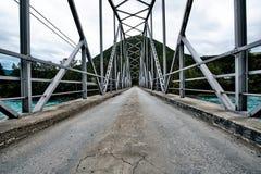 Παλαιά στρωμένη κατασκευή γεφυρών πετρών πέρα από έναν μπλε ποταμό στη Νορβηγία Στοκ Εικόνα