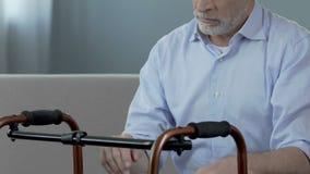 Παλαιά συνεδρίαση ατόμων και εξέταση το πλαίσιο περπατήματος, τραύμα σπονδυλικών στηλών, indecisiveness απόθεμα βίντεο