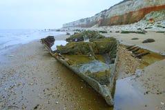 Παλαιά συντρίμμια αλιευτικών πλοιαρίων κάτω από τους παλαιούς απότομους βράχους Hunstanton στοκ φωτογραφία με δικαίωμα ελεύθερης χρήσης
