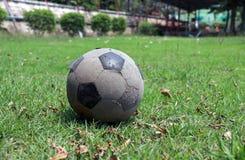 Παλαιά σφαίρα ποδοσφαίρου που τοποθετείται στον τομέα στοκ εικόνες με δικαίωμα ελεύθερης χρήσης