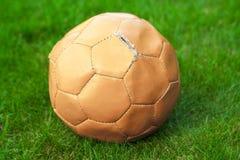 Παλαιά σφαίρα ποδοσφαίρου Στοκ Φωτογραφίες