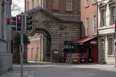 Παλαιά σχηματισμένη αψίδα είσοδος στο Δουβλίνο Castle, Ιρλανδία στοκ φωτογραφία