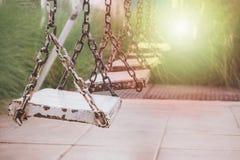 Παλαιά ταλάντευση στο πάρκο παιδικών χαρών Στοκ εικόνες με δικαίωμα ελεύθερης χρήσης