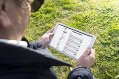 Παλαιά ταμπλέτα εκμετάλλευσης ατόμων με την αναζήτηση εργασίας app Στοκ Φωτογραφίες