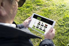 Παλαιά ταμπλέτα εκμετάλλευσης ατόμων με τη σε απευθείας σύνδεση έξοδο app αγορών Στοκ Εικόνα