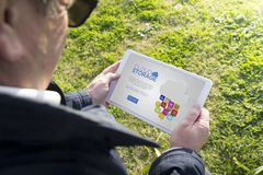 Παλαιά ταμπλέτα εκμετάλλευσης ατόμων με τη σε απευθείας σύνδεση αποθήκευση app σύννεφων Στοκ Εικόνες