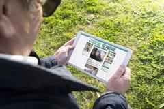 Παλαιά ταμπλέτα εκμετάλλευσης ατόμων με το κοινωνικό δίκτυο app Στοκ Εικόνες