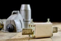 Παλαιά υψηλή τάση βουλωμάτων και υποδοχών Παλαιά ηλεκτρικά εξαρτήματα wo Στοκ εικόνα με δικαίωμα ελεύθερης χρήσης