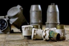 Παλαιά υψηλή τάση βουλωμάτων και υποδοχών Παλαιά ηλεκτρικά εξαρτήματα wo Στοκ Φωτογραφίες