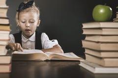 Παλαιά φωτογραφία πίσω στο σχολείο, Σεπτέμβριος Το σχολικό κορίτσι σας Στοκ εικόνα με δικαίωμα ελεύθερης χρήσης