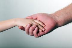 Παλαιά χέρια ατόμων και εκμετάλλευσης παιδιών από κοινού Στοκ Φωτογραφία