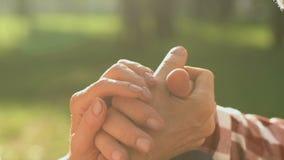 Παλαιά χέρια εκμετάλλευσης ζευγών, κλίνοντας μέτωπα, αγάπη και εμπιστοσύνη, ενθαρρυντικός σύζυγος φιλμ μικρού μήκους