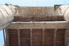 Παλαιά χαρασμένη εγγραφή σε έναν ξύλινο πίνακα στη στέγη πύργων Arnolfo Palazzo Vecchio, Φλωρεντία, Τοσκάνη, Ιταλία Στοκ Εικόνες