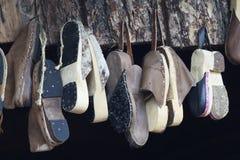 Παλαιά χειροποίητα κρεμώντας παπούτσια Στοκ εικόνες με δικαίωμα ελεύθερης χρήσης