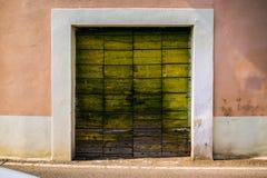 Παλαιά χρωματισμένη πόρτα στοκ φωτογραφία με δικαίωμα ελεύθερης χρήσης