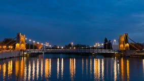 Παλαιά όμορφη γέφυρα κατά τη διάρκεια του ηλιοβασιλέματος πέρα από τον ποταμό Odra Στοκ φωτογραφία με δικαίωμα ελεύθερης χρήσης