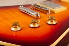 Παλαιά όμορφη ηλεκτρική κιθάρα σε ένα υπόβαθρο του ξύλου Στοκ εικόνες με δικαίωμα ελεύθερης χρήσης