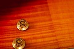 Παλαιά όμορφη ηλεκτρική κιθάρα σε ένα υπόβαθρο του ξύλου Στοκ Φωτογραφίες
