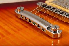 Παλαιά όμορφη ηλεκτρική κιθάρα σε ένα υπόβαθρο του ξύλου Στοκ Εικόνα