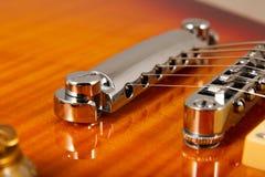 Παλαιά όμορφη ηλεκτρική κιθάρα σε ένα υπόβαθρο του ξύλου Στοκ Εικόνες