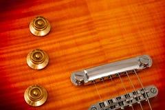 Παλαιά όμορφη ηλεκτρική κιθάρα σε ένα υπόβαθρο του ξύλου Στοκ Φωτογραφία