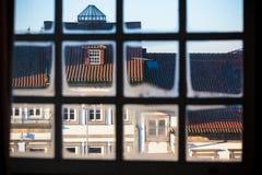 Παλαιά όψη πόλεων μέσω του πλαισίου παραθύρων Στοκ Φωτογραφίες