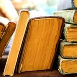 Παλαιά antiquarian στάση βιβλίων οριζόντια σε μια σειρά Μπροστινή όψη S Στοκ Εικόνα