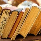 Παλαιά antiquarian στάση βιβλίων οριζόντια σε μια σειρά Μπροστινή όψη S Στοκ φωτογραφία με δικαίωμα ελεύθερης χρήσης