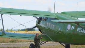 Παλαιά biplane αεροσκάφη στο διάδρομο φιλμ μικρού μήκους
