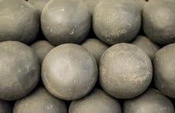 Παλαιά cannonballs, ο πυρήνας των αρχαίων πυροβόλων όπλων Ιστορικές θέσεις του φρουρίου στοκ φωτογραφίες με δικαίωμα ελεύθερης χρήσης