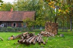 Παλαιά farmstead και καυσόξυλο για τη θέρμανση Rumsiskes Λιθουανία στοκ φωτογραφία με δικαίωμα ελεύθερης χρήσης