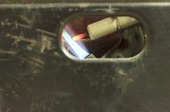 Παλαιά shabby και γρατσουνισμένη στήλη αερίου εγκαύματα αερίου, και η κινηματογράφηση σε πρώτο πλάνο φυτιλιών Στοκ φωτογραφία με δικαίωμα ελεύθερης χρήσης