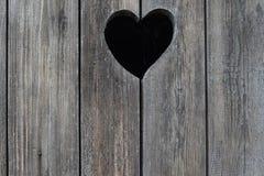 Παλαιά shabby ξύλινη πόρτα με την καρδιά στον αγροτικό χώρο ανάπαυσης Στοκ φωτογραφίες με δικαίωμα ελεύθερης χρήσης