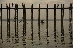 Παλαιά teak γέφυρα κοντά στο Mandalay στη Βιρμανία, Ασία Στοκ Φωτογραφίες