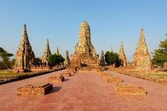 Παλαιές αγάλματα και παγόδα του Βούδα σε Wat Chaiwattanaram, Ayutthaya, Στοκ εικόνα με δικαίωμα ελεύθερης χρήσης