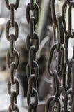 Παλαιές αλυσίδες που κρεμούν σε μια σιταποθήκη στοκ φωτογραφία με δικαίωμα ελεύθερης χρήσης