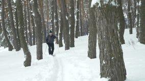 Παλαιές ασκήσεις ατόμων για να βελτιώσει την υγεία του με διαγώνιο να κάνει σκι χωρών απόθεμα βίντεο