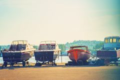Παλαιές βάρκες που σταθμεύουν στο roadstead και έτοιμες να ταξιδεψουν Στοκ φωτογραφία με δικαίωμα ελεύθερης χρήσης