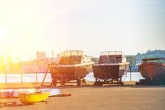 Παλαιές βάρκες που σταθμεύουν στο roadstead και έτοιμες να ταξιδεψουν Στοκ φωτογραφίες με δικαίωμα ελεύθερης χρήσης