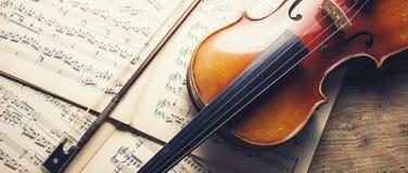 Παλαιές βιολί και σημειώσεις, μέγεθος εμβλημάτων Στοκ φωτογραφία με δικαίωμα ελεύθερης χρήσης