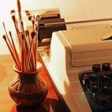 Παλαιές βούρτσες γραφομηχανών και χρωμάτων στοκ εικόνες με δικαίωμα ελεύθερης χρήσης