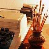 Παλαιές βούρτσες γραφομηχανών και χρωμάτων στοκ εικόνα