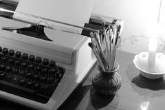 Παλαιές βούρτσες γραφομηχανών και χρωμάτων στοκ εικόνα με δικαίωμα ελεύθερης χρήσης